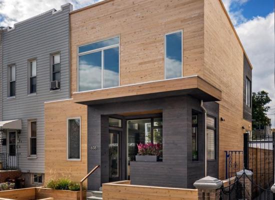 O casă perfectă pentru un teren îngust: 6 metri lățime, 3 dormitoare, curte mică