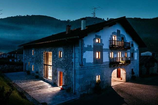 Renovare a unei ferme din Țara Bascilor și transformarea ei într-o locuință modernă