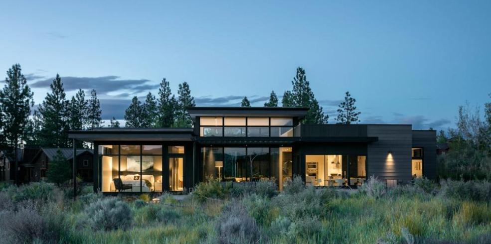 O casă pe un singur nivel, cu pereți și uși culisante pentru flexibilitate și deschidere