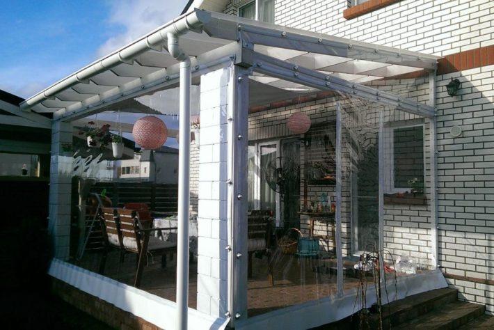 solutii mobile pentru inchiderea terasei - folie transparenta cu capse si bride