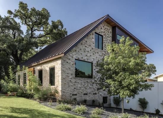 O casă veche, monument istoric, este modernizată și lărgită pentru un cuplu de tineri iubitori de companie