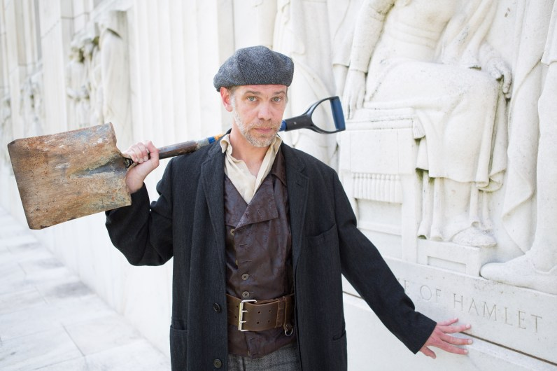 Louis as the Gravedigger outside the Folger Library. Photo by Teresa Wood.