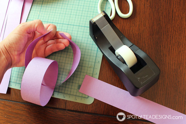 Paper Chain Birthday Countdown craft with free #printable - help children understand the concept of time | spotofteadesigns.com
