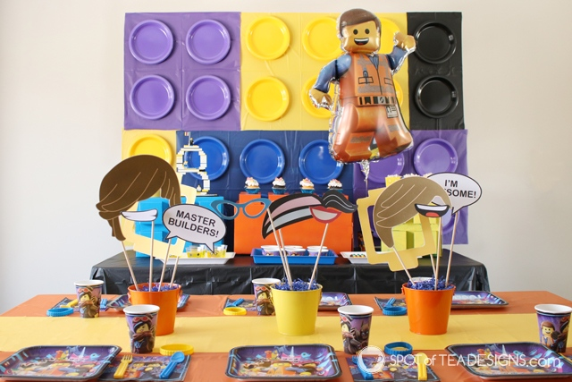 Paper plate backdrop party hack - lego party | spotofteadesigns.com