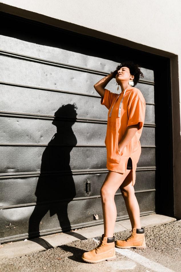 Девушка в оранжевом