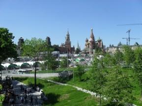 Die neue Attraktion von Moskau ist der Sarajede-Park. Er wurde letztes Jahr eröffnet. Im Hintergrund seht ihr den Kreml und die Basiliuskathedrale. Die grünen Zelte in der Mitte des Bildes wurden für einen gerade stattfindenden Marathon aufgestellt.