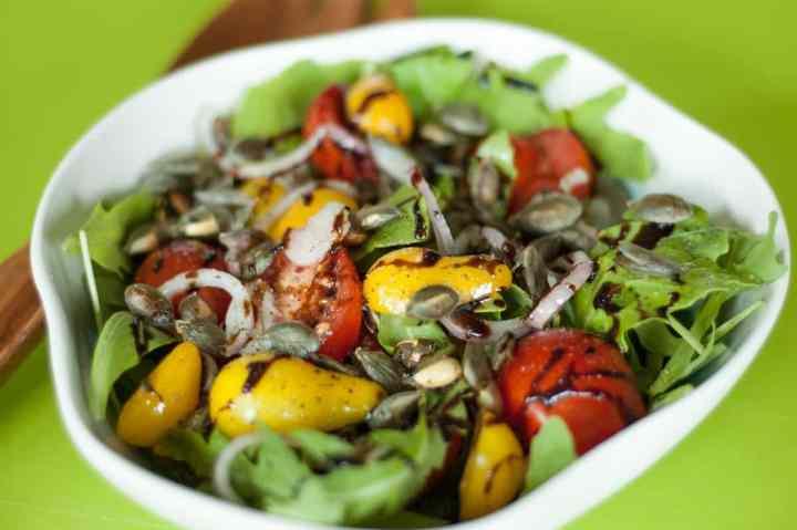 salatka z rukola i pomodrami koktajlowymi