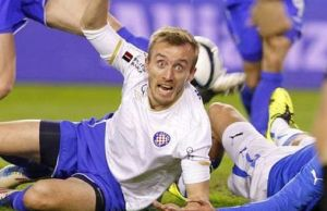 Igrač Hajduka demontrira pogled koji koristi kad pokušava utjecati na suca i kada ugleda plaću
