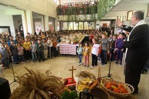 Sve do jučer najveća sramota u povijesti škole bila je ona kad na Dan kruha 2003. godine nitko od djece nije donio pogaču u obliku križa ili hrvatskog grba