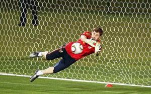 Na drugom kraju Brazila španjolski stožer objašnjavao je Casillasu da mu je dozvoljeno neku loptu uhvatiti prije nego završi u mreži.