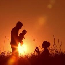 Familie i solnedgang
