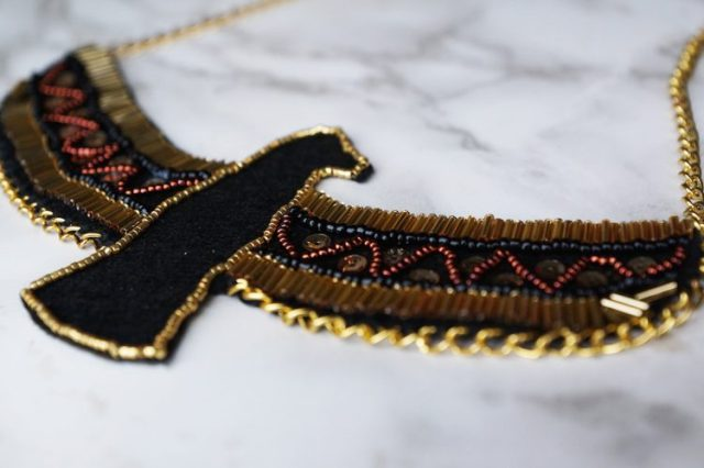 collier aigle de coté