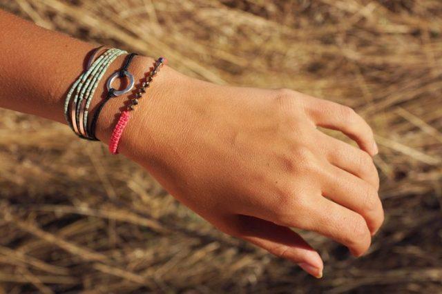 mains bracelets