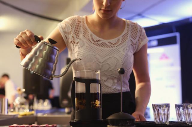 imogen-ludman-pours-cascara-kettle-hario-coffee-ukbc-2014