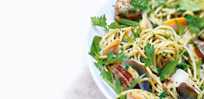 whole-wheat-spaghetti-clams-nature-alain-ducasse-recipe-food-diet-health-spry