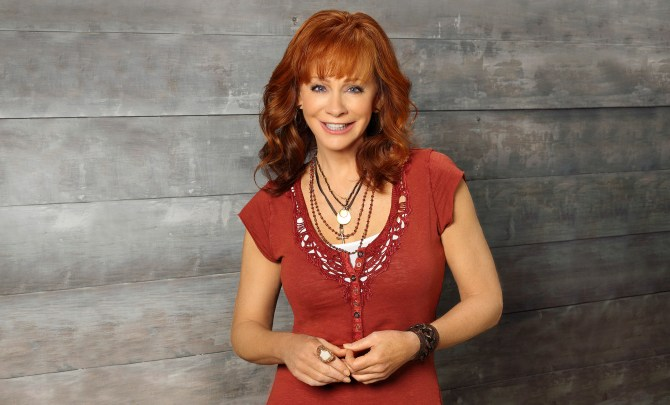 Reba Mcentire standing in front of wall