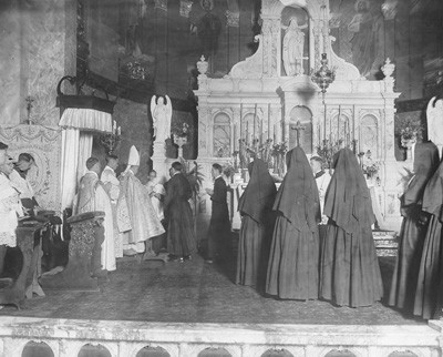 The first band of China missionaries receives missionary crosses in the sanctuary of the Church of the Immaculate Conception Sept. 29, 1920.