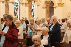 Sisters Lucy Nolan and Mary Fran Keusal at the closing Mass. (photo by Jason Moon)