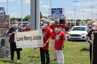 (From left) Sisters Paula Damiano, Jeanne Hagelskamp, Mary Montgomery and Anji Fan during a protest/vigil prior to the execution of Daniel Lewis Lee.
