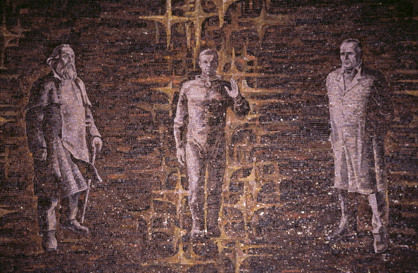 Mosaico de azulejos que representan tres figuras históricas del programa espacial de la Unión Soviética. De izquierda a derecha: El científico soviético de cohetes Konstantin Eduardovich Tsiolkovsky (1857-1935), el cosmonauta Yuri Gagarin (1934 1968) y el ingeniero y diseñador de cohetes soviético Sergey Koroliov. 01 enero de 1990. Getty Images.