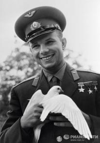 """La fama de Yuri Gagarin se extendió mas allá de las fronteras de la URSS. No pasó un mes después del vuelo, Gagarin hizo su primer viaje al extranjero cumpliendo la llamada """"misión de paz"""". El primer cosmonauta visitó primero Checoslovaquia. © RIA Novosti. Pavel Barashev"""