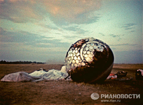 Ciento ocho minutos después del despegue, Yuri Gagarin aterrizó con éxito en las afueras de Smelovka, una aldea de la provincia de Sarátov. En la foto: la cápsula eyectable de la nave espacial Vostok en el lugar del aterrizaje. © RIA Novosti.