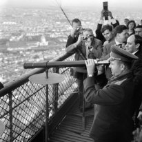 Gagarin en la Torre Eiffel en París, el 28 de septiembre de 1963 (Foto por Keystone-France/Gamma-Keystone via Getty Images)