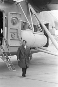 01 de octubre de 1965. Youri Gagarin visita el Salon de l'Aéronautique du Bourget descendo d'un avion en la 26 Feria Aerea de París. (Foto por Jean-Claude Deutsch / Paris Match a través de Getty Images)