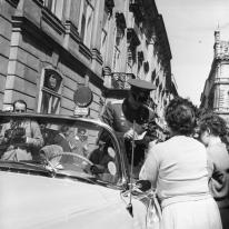 01 de enero de 1962. Yuri Gagarin, dá autógrafos durante su visita en Viena, Austria (Photo by Imagno/Getty Images)