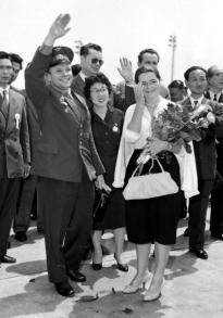 JAPÓN 21 de mayo: El astronauta soviético Yuri Gagarin y su esposa Valentina Gagarina a su llegada a Japón el 21 de mayo de 1962 . (Foto de Archivo Sankei via Getty Images)