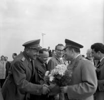 Berlin, RDA, 06 de Junio de 1965, Gagarin es calurosamente recibido en el aeropuerto central Berlin-Schönefeld para celebrar el 20 aniversario de liberación del pueblo aleman del fascismo. En la foto lo saluda el ministro Heinz Hoffmann. Das Bundesarchiv.