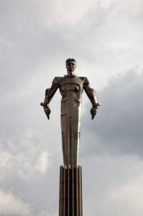 Monumento a Yuri Gagarin en Moscú, fue construido en 1980, mide 42,5 metros y está hecho de titanio, un material prácticamente indestructible.