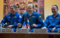 Expedición 37: Ingeniero de Vuelo de la NASA Michael Hopkins (extremo izquierdo), El comandante de la Soyuz Oleg Kotov y el ingeniero de vuelo ruso Sergey Ryazanskiy, sonríen en una conferencia de prensa celebrada en el Hotel del Cosmonauta, el Martes, 24 de septiembre 2013, en Baikonur, Kazakstán. El lanzamiento del cohete Soyuz está previsto para el 26 de septiembre y enviará Hopkings, Kotov y Ryazanski en un misión de 5 meses y medio a bordo de la Estación Espacial Internacional. Crédito de la imagen: (NASA / Carla Cioffi)