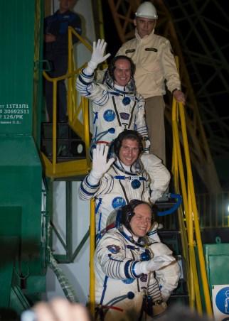 Expedición 37: El ingeniero de vuelo ruso Sergey Ryazanskiy (arriba), el ingeniero de vuelo de la NASA Michael Hopkins y el comandante de la Soyuz Oleg Kotov en la parte de abajo se despiden desde base del cohete Soyuz en el Cosmódromo de Baikonur, en Baikonur, Kazakstán, Jueves, 26 de septiembre 2013. Su cohete Soyuz TMA-10M tiene previsto su lanzamiento a las 2:58 am hora local. Crédito de la imagen: (NASA / Carla Cioffi)