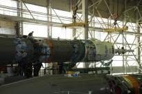 Integración del vehículo de lanzamiento Soyuz-FG y traslado a la plataforma Gagarin. (Créditos: RKK Energia)