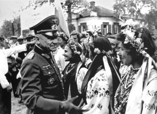 Mayor General de la Wehrmacht con jóvenes ucranianas en trajes nacionales, cerca de 1942, Ucrania, Unión Soviética.
