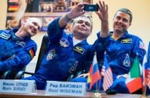 Expedición 40: EL comandante de la Soyuz Maxim Suraev de la Agencia Espacial Federal Rusa, Roscosmos, toma una foto con su teléfono celular durante una conferencia de prensa, Martes, 27 de mayo 2014, en el Hotel Cosmonauta en Baikonur, Kazajistán. Crédito Foto:. (NASA / Joel Kowsky).