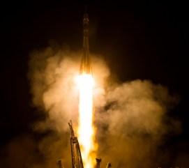 Jueves 29 de mayo de 2014. El cohete Soyuz TMA-13M es lanzado con la Expedición 40, el comandante de la Soyuz Maxim Suraev, de la Agencia Espacial Federal Rusa, Roscosmos, el Ingeniero de Vuelo Alexander Gerst, de la Agencia Espacial Europea, ESA, y el ingeniero de vuelo Reid Wiseman de la NASA, desde el cosmódromo de Baikonur en Kazajstán. Suraev, Gerst y Wiseman pasarán los próximos cinco meses y medio a bordo de la Estación Espacial Internacional. Crédito de la imagen: (NASA / Joel Kowsky).