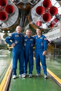 En el cosmódromo de Baikonur, en Kazajstán, la Expedición 40/41 con el Ingeniero de Vuelo Alexander Gerst de la Agencia Espacial Europea (izquierda), el comandante de la Soyuz Maxim Suraev de la Agencia Espacial Federal Rusa (Roscosmos, centro) y el ingeniero de vuelo de la NASA Reid Wiseman, posan para fotos delante de los motores de la primera fase de refuerzo del cohete Soyuz, 24 de mayo comprobaciones finales para el ajuste de formación del ensayo general. Crédito de la imagen: NASA / Victor Zelentsov.