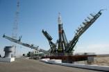 El cohete Soyuz TMA-13M es observado mientras la los brazos de la estructura de servicios se elevan a su posición en la plataforma de lanzamiento el Lunes, 26 de mayo 2014, en el Cosmódromo de Baikonur en Kazajstán. Crédito de la imagen: (NASA / Joel Kowsky).