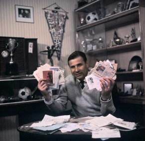 El famoso jugador de fútbol Lev Yashin revisa su correspondencia. 25/05/1971. Foto: V. Shandrina/Fotocrónica TASS.