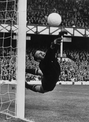 Finales de la Copa Mundial de 1966 en Inglaterra: El portero soviético Lev Yashin en acción durante un encuentro entre la selección de la URSS contra la RFA, Goodison park, Liverpool, Inglaterra. 26/07/1966. Foto: Getty Images.
