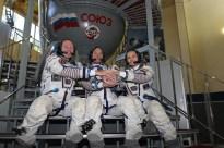 JSC2014-E-079364 (04 de septiembre 2014) --- En el Centro de Entrenamiento de Cosmonautas Gagarin en Star City, Rusia, la Expedición 41/42 conformada Barry Wilmore de la NASA (izquierda), Alexander Samokutyaev de la Agencia Espacial Federal Rusa (Roscosmos, centro) y Elena Serova de Roscosmos (derecha) se dan la mano durante una sesión de fotos 04 de septiembre en el inicio de la segunda jornada de exámenes de calificación final. Crédito de la imagen: NASA/Stephanie Stoll.