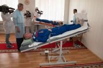 JSC2014-E-080985 (17 de septiembre 2014) --- En los alojamientos de la tripulación en el Hotel del Cosmonauta en Baikonur, Kazajstán, la Expedición 41/42 de la soyuz Soyuz, el Comandante Alexander Samokutiaev de la Agencia Espacial Federal Rusa (Roscosmos, primer plano) y la ingeniero de vuelo Elena Serova de Roscosmos (fondo) se turnan en las mesas de inclinación el 17 de septiembre para poner a prueba sus sistemas vestibulares. Crédito de la imagen: NASA/Victor Zelentsov.