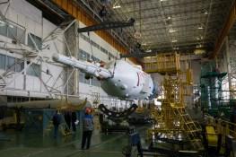 201409220007HQ El cohete Soyuz y la nave espacial Soyuz TMA-14M son ensamblados en el edificio No 112 en el Cosmódromo de Baikonur, Lunes 22 de septiembre 2014, en Baikonur, Kazajistán. Crédito de la imagen: NASA/Victor Zelentsov.