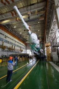 201409220012HQ El cohete Soyuz y la nave espacial Soyuz TMA-14M son ensamblados en el edificio No 112 en el Cosmódromo de Baikonur, Lunes 22 de septiembre 2014, en Baikonur, Kazajistán. Créditos de la foto: NASA/Victor Zelentsov.