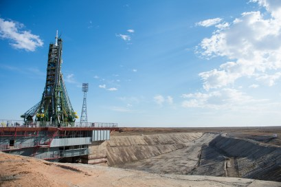 201409230036HQ La nave espacial Soyuz TMA-14M después de que los brazos mecánicos se hayan cerrado asegurando el cohete en su posición veritcal sobre la plataforma de lanzamiento el Martes 23 de septiembre 2014 en el Cosmódromo de Baikonur en Kazajstán. Créditos de la foto: NASA/Aubrey Gemignani.