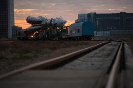 201409230015hq (23 de septiembre de 2014) --- La nave espacial Soyuz TMA-14M es trasladada a la plataforma de lanzamiento en tren el 23 de septiembre de 2014 el cosmódromo de Baikonur en Kazajstán. Crédito de la imagen: NASA/Aubrey Gemignani.