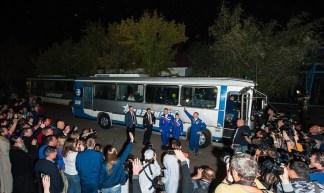 201409250003HQ Los miembros de la expedición 41, el comandante de la Soyuz Alexander Samokutyaev de la Agencia Federal Rusa del Espacio (Roscosmos), a la izquierda, la ingeniero de vuelo Elena Serova de Roscosmos, al centro, y el ingeniero de vuelo Barry Wilmore de la NASA, a la derecha, dicen adiós a su familia y amigos, ya que salen del Hotel del Cosmonauta listos para lanzamiento de su Soyuz a la Estación Espacial Internacional el jueves, 25 de septiembre 2014, en Baikonur, Kazajistán. Lanzamiento del cohete Soyuz está previsto para las primeras horas del 26 de septiembre y enviará Samokutyaev, Serova y Wilmore en un cinco y medio meses una misión a bordo de la Estación Espacial Internacional. Crédito de la foto: NASA/Joel Kowsky.