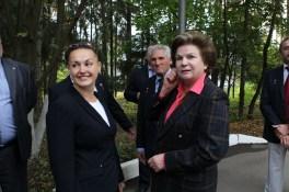 JSC2014-E-080367 (12 de septiembre 2014) --- En el Centro de Entrenamiento de Cosmonautas Gagarin en Star City, Rusia, la Expedición 41/42 formada por la Ingeniero de Vuelo Elena Serova de la Agencia Espacial Federal Rusa (Roscosmos) goza de atención de la primera mujer de la historia en volar en el espacio, la heroína rusa Valentina Tereshkova, durante las últimas actividades de la tripulación el 12 de septiembre. Serova, que se convertirá en la cuarta mujer rusa para volar al espacioCrédito de la imagen: NASA/Stephanie Stoll.